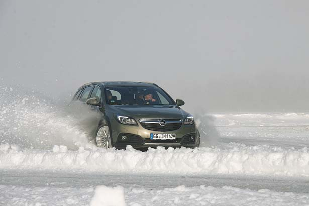 """Opel Insignia Country Tour """"effetto neve"""""""